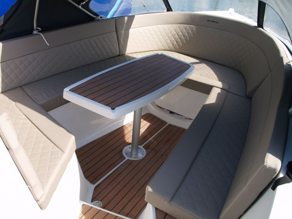 images/Location_bateau/CLASSIC_590/Classic_590_table.JPG
